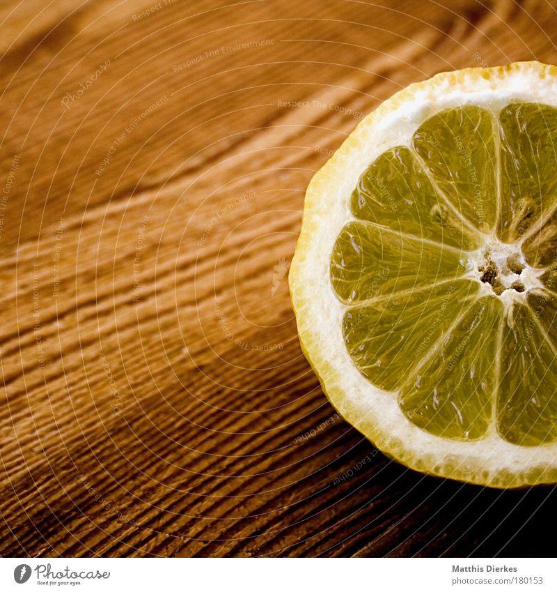 Zitrone Zutaten Frucht Zitrusfrüchte Fruchtfleisch gelb sauer Holzbrett Gesundheit Vitamin C Ernährung Geschmackssinn anstrengen lecker Saft geschnitten Hälfte