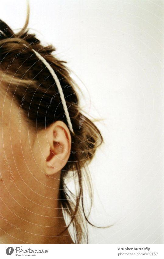 halbseitig Farbfoto Innenaufnahme Halbprofil Haut Mensch feminin Kopf Haare & Frisuren Ohr Haarreif brünett langhaarig braun weiß Identität verborgen Hälfte