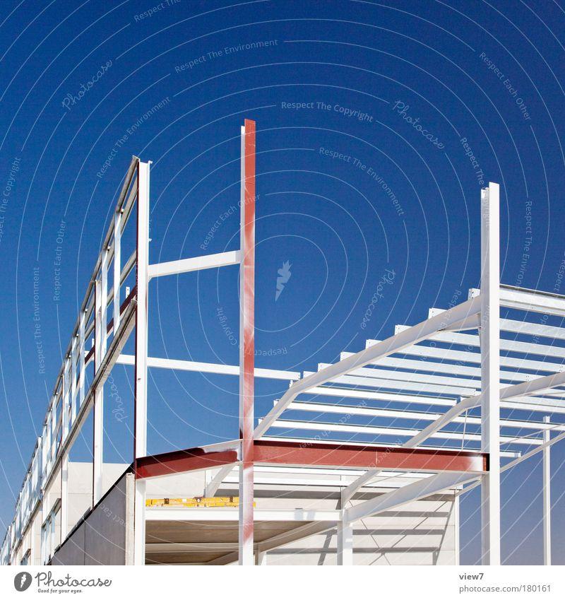 Neubau blau Haus Wand Mauer Fassade Ordnung hoch modern Hochhaus Zukunft Industrie Baustelle einzigartig Fabrik rein dünn