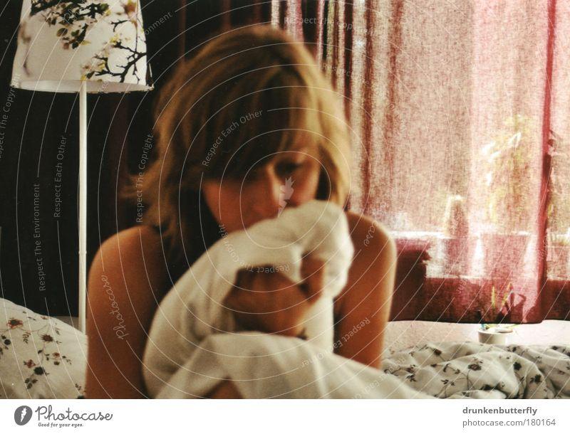 Montagmorgen Farbfoto Innenaufnahme Nahaufnahme Textfreiraum rechts Morgen Licht Blick nach unten feminin Kopf Haare & Frisuren Gesicht Nase Arme Hand Kaktus