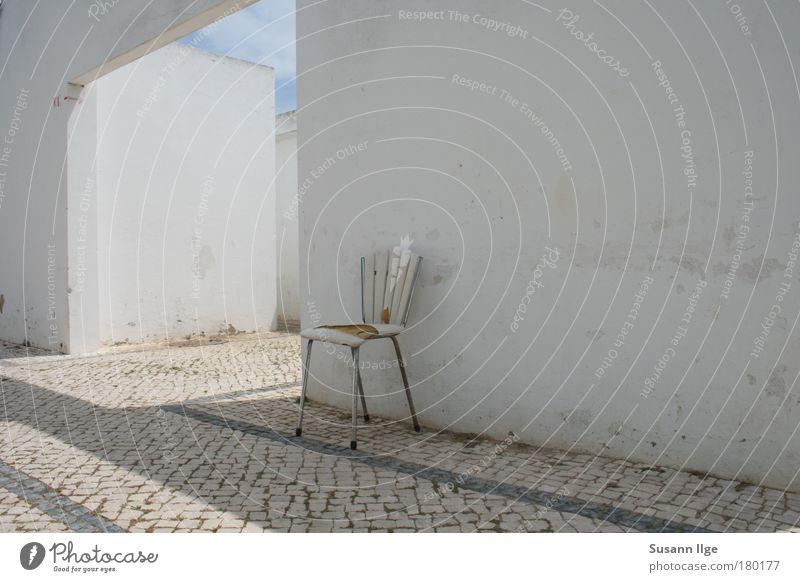 zurückgelassener Stuhl weiß ruhig Einsamkeit Haus Wand Architektur Wege & Pfade Stein Mauer Metall Fassade Beton Europa Vergänglichkeit Bauwerk Kunststoff