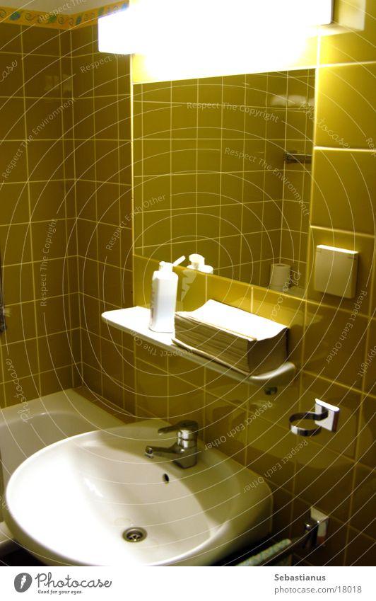 70er Jahre Waschraum Waschbecken Spiegel Licht Bad Waschhaus historisch Toilette Papierhandtücher