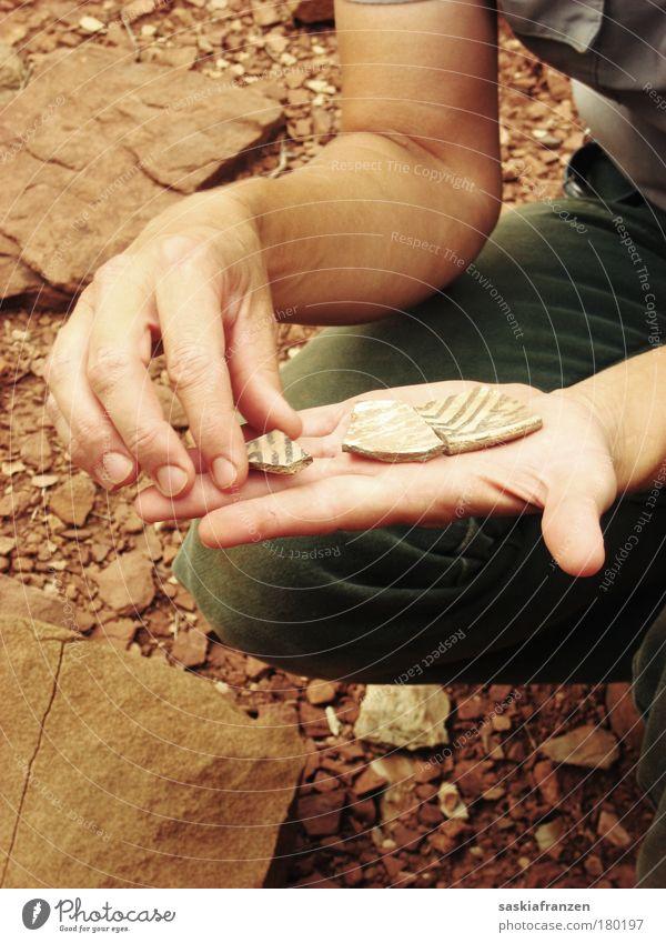 Indian Pottery. Haut Hand Finger 1 Mensch Kunst Natur Dekoration & Verzierung Stein alt dreckig authentisch historisch Arizona Wupatki Scherbe Töpferwaren