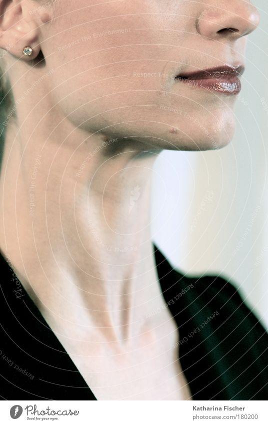 Portrait feminin Frau Erwachsene Haut Kopf Gesicht Ohr Nase Mund Lippen 30-45 Jahre Jacke Schmuck braun schwarz Hals Ohrringe schön Beautyfotografie Fashion