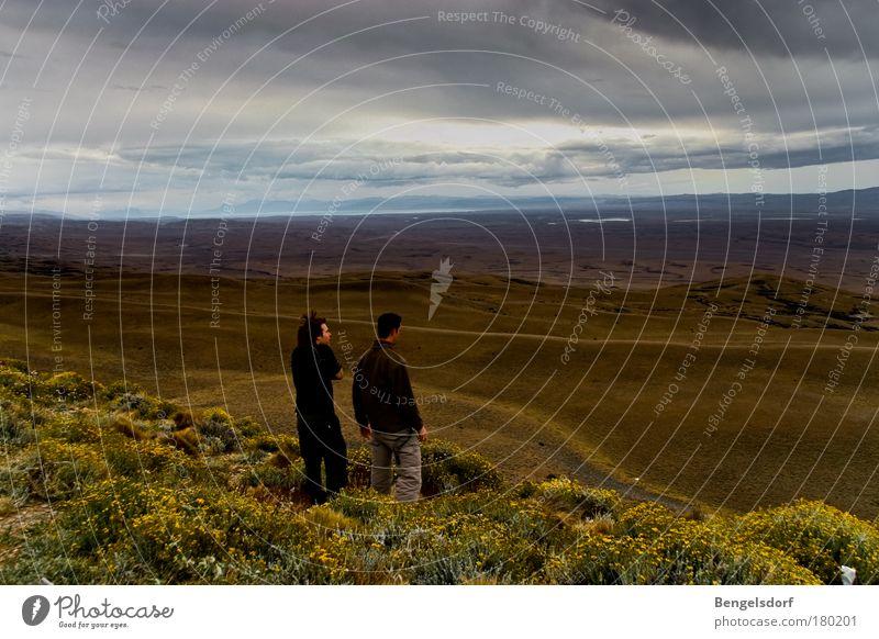 Durchatmen Mensch Natur Sonne Sommer Ferien & Urlaub & Reisen Einsamkeit Ferne Erholung Wiese Gras Freiheit Paar Landschaft Freundschaft Zufriedenheit Ausflug