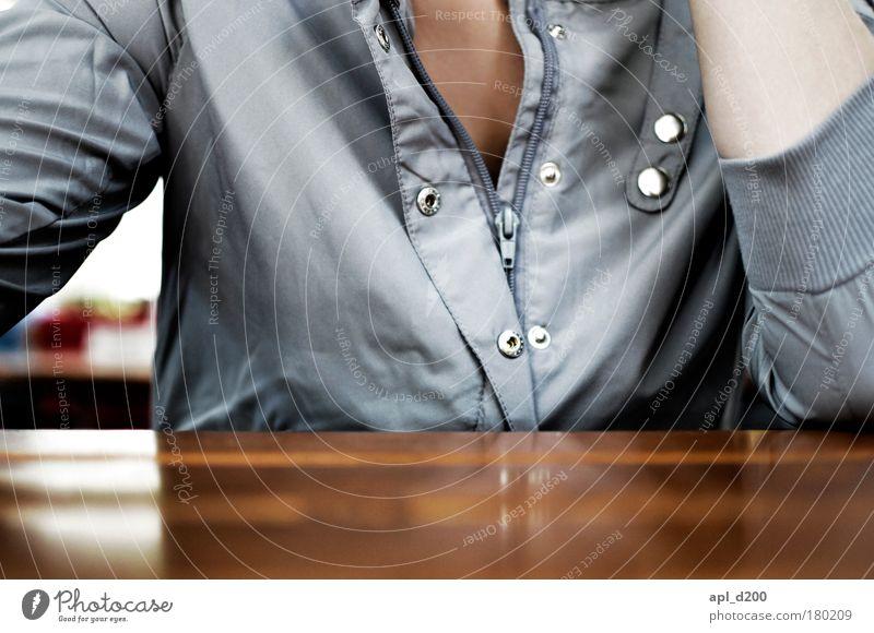 Gute Aussicht Farbfoto Gedeckte Farben Außenaufnahme Textfreiraum unten Morgen Tag Schwache Tiefenschärfe Mensch Junge Frau Jugendliche Brust 1 18-30 Jahre