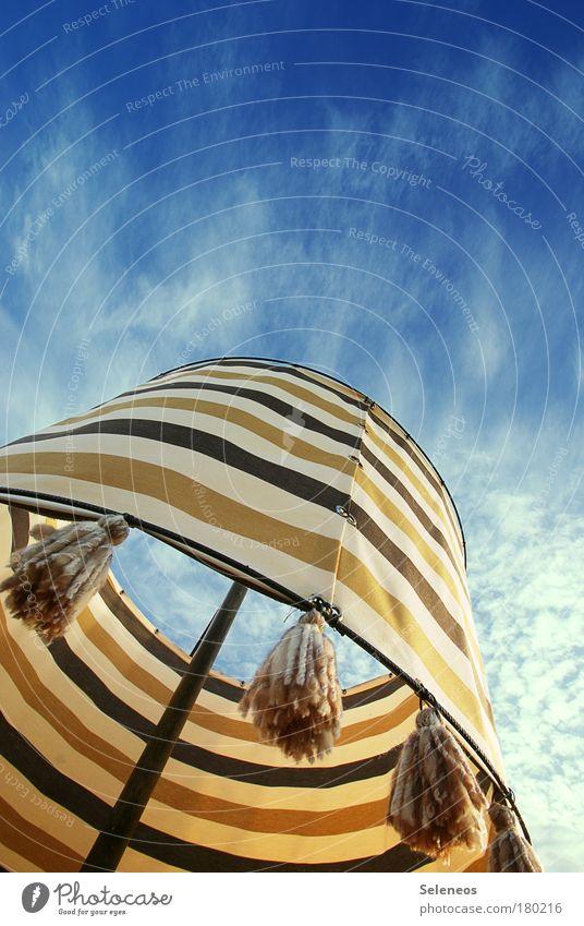 Sommerabschiedsfreiluftparty Farbfoto Außenaufnahme Menschenleer Textfreiraum oben Tag Licht Kontrast Sonnenlicht Froschperspektive Lifestyle Lampe