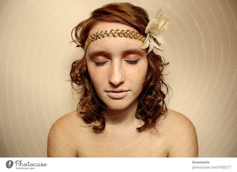 Golden Dreams Mensch Jugendliche schön rot Gesicht feminin Haare & Frisuren Denken träumen braun Junge Frau Zufriedenheit gold elegant Haut frei