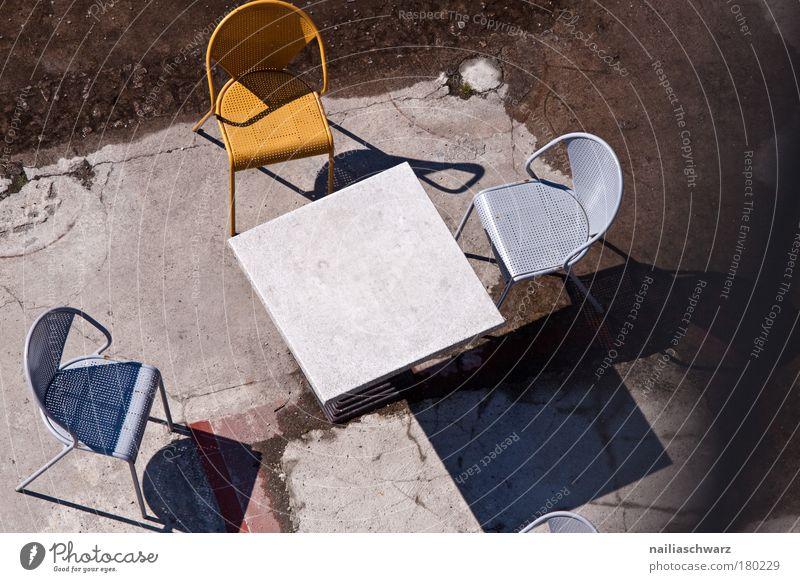Verlassen Design Tourismus Ausflug Gastronomie Terrasse Beton Metall Kunststoff Einsamkeit Langeweile Dienstleistungsgewerbe stagnierend Café Stuhl Farbfoto