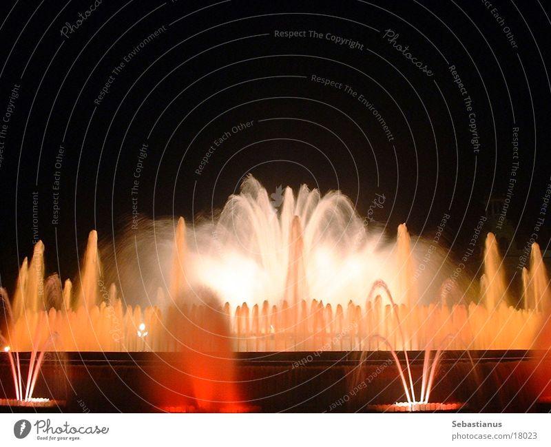 gefärbtes Wasser #1 Wasser Farbe nass Romantik Brunnen Spanien Barcelona Katalonien Springbrunnen Fototechnik Wasserfontäne