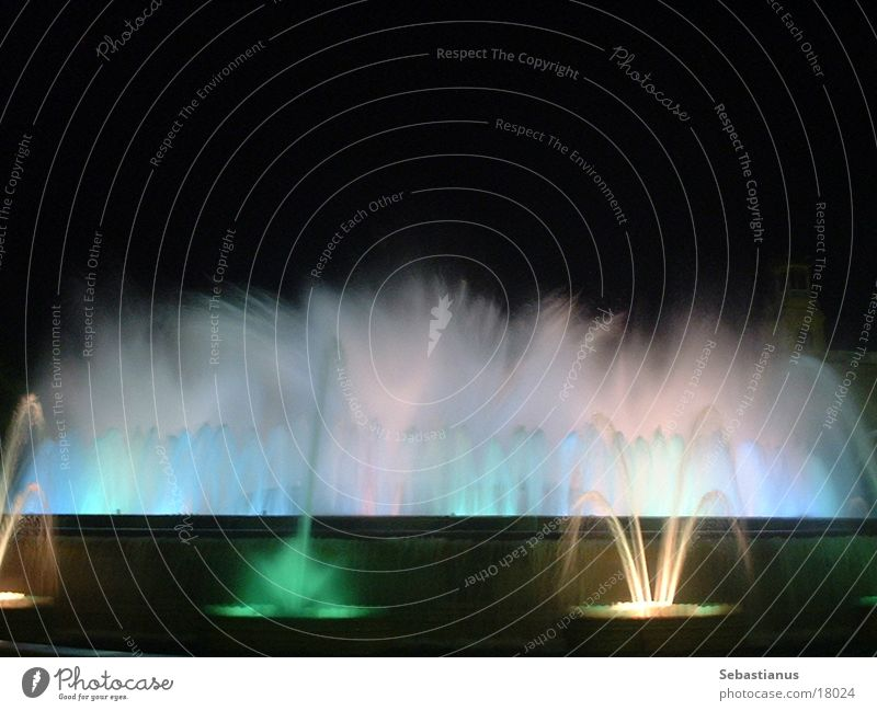 gefärbtes Wasser #2 Brunnen Barcelona Spanien Romantik Springbrunnen Wasserfontäne nass Fototechnik Farbe