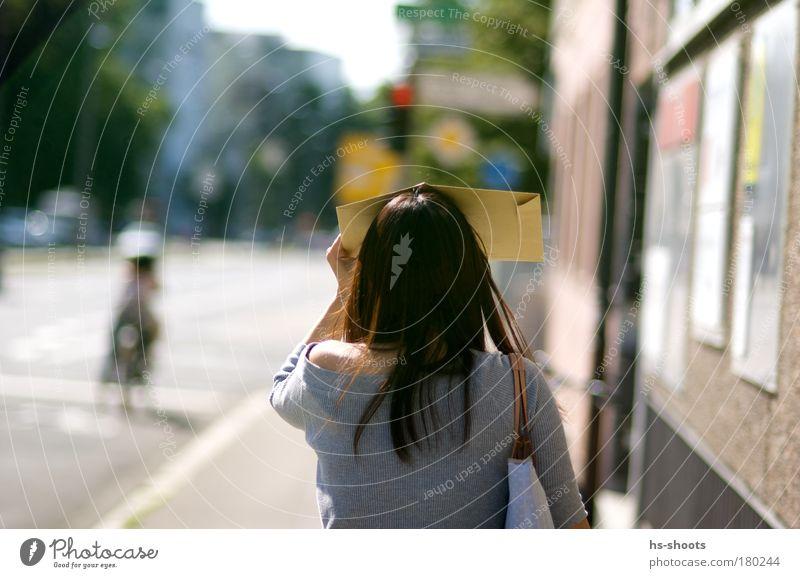 geblendet durch die sonne Mensch Jugendliche Stadt feminin Bewegung Wärme Erwachsene Zukunft Ziel Verkehrswege Schönes Wetter Sonnenbrille Brille Fußgänger