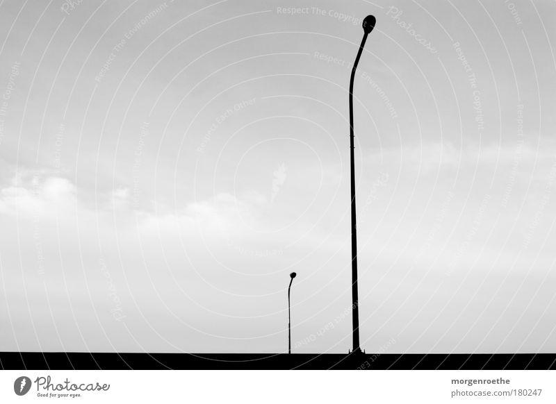 einsames dasein Himmel weiß schwarz Wolken oben Linie Technik & Technologie unten Laterne einzeln parallel minimalistisch