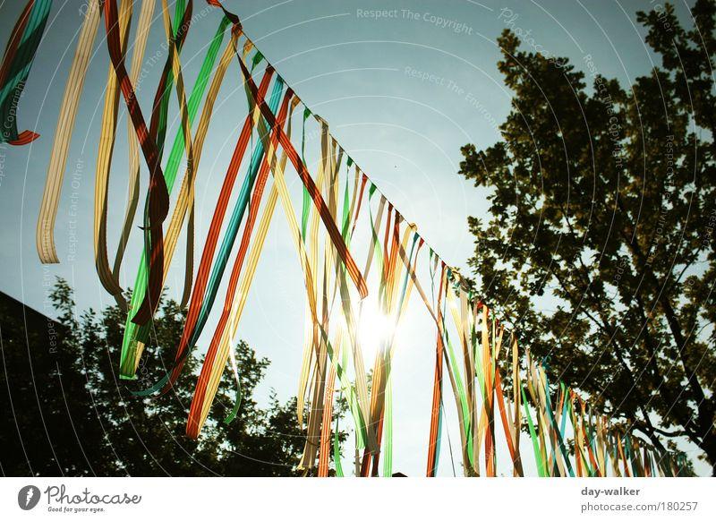 Flatterhaft Himmel weiß Baum Sonne grün blau rot Sommer Wolken gelb Wind Seil Streifen