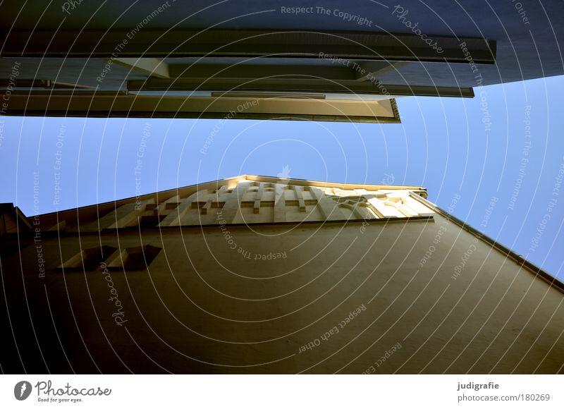 Kühler Brunnen, Halle Farbfoto Außenaufnahme Tag Froschperspektive Sightseeing Städtereise Haus Himmel Stadt Altstadt Mauer Wand Fassade Dach leuchten alt