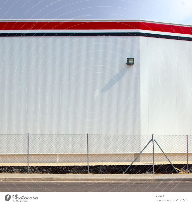 Kaufhaus rot Haus Wand oben Stein Mauer Linie hell Metall groß hoch verrückt Fassade Industrie Güterverkehr & Logistik Kommunizieren