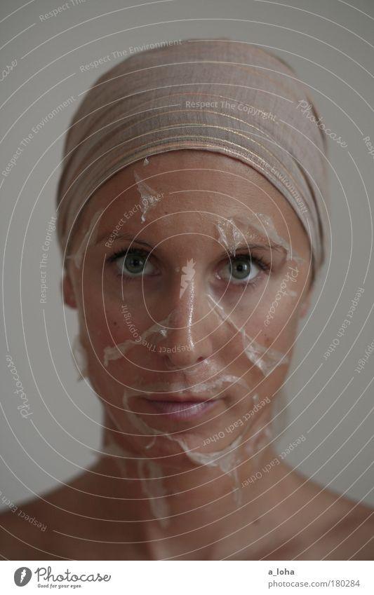 metamorphose Gedeckte Farben Innenaufnahme Experiment Tag Schwache Tiefenschärfe Porträt Blick in die Kamera Körperpflege Haut Gesicht Kosmetik Mensch feminin