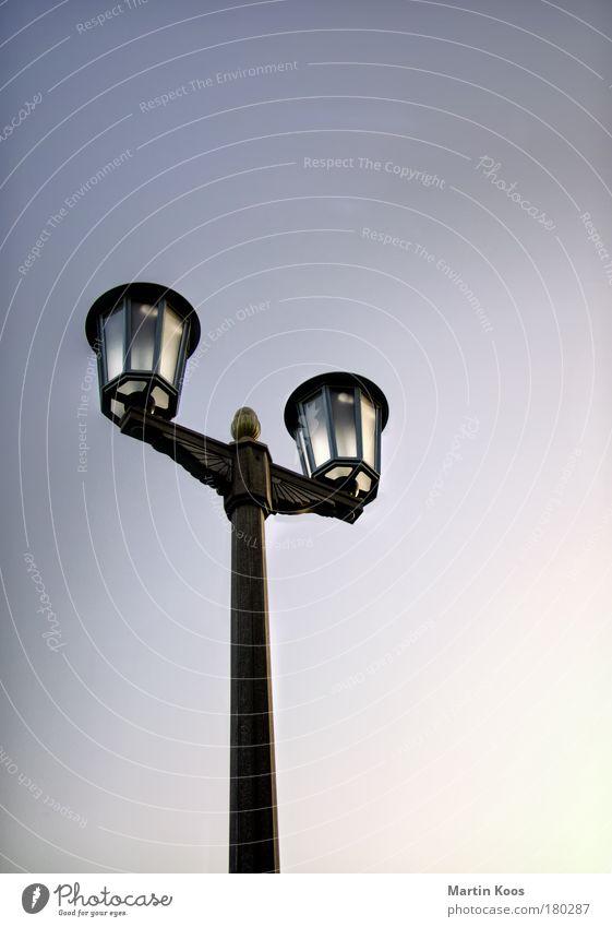lux Himmel alt Winter dunkel Architektur Beleuchtung Stil Lampe Fassade Design Häusliches Leben ästhetisch einfach Dach historisch Straßenbeleuchtung