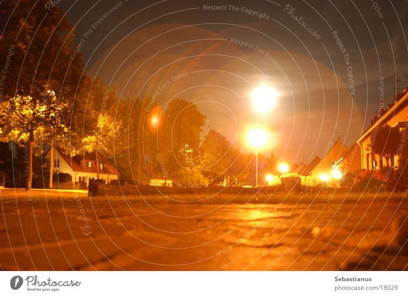 Dorfanger Laterne Licht Nacht Sommer Steinweg Langzeitbelichtung Straße orange