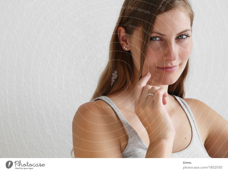 . feminin 1 Mensch T-Shirt Schmuck Ring brünett langhaarig beobachten Denken festhalten Lächeln Blick Freundlichkeit schön Zufriedenheit selbstbewußt