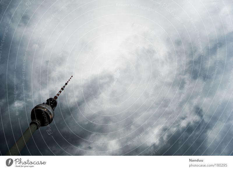 Es zieht zu in Berlin Himmel Wolken kalt Luft Stimmung Wetter Deutschland Klima Europa Turm Urelemente Unwetter Gewitter Stadtzentrum Berlin-Mitte