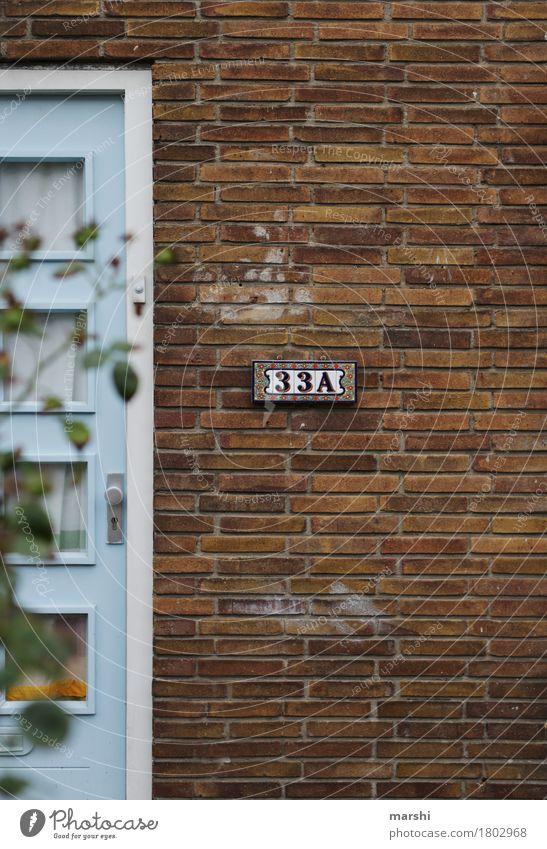 hier wohnt... Dorf Stadt Haus Einfamilienhaus Mauer Wand Fassade Tür Namensschild Stimmung Hausnummer Häusliches Leben Niederlande Bauweise alt Altbau Farbfoto