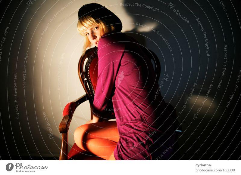 Unter Beobachtung Farbfoto Studioaufnahme Detailaufnahme Textfreiraum rechts Nacht Kunstlicht Licht Schatten Kontrast Schwache Tiefenschärfe Zentralperspektive