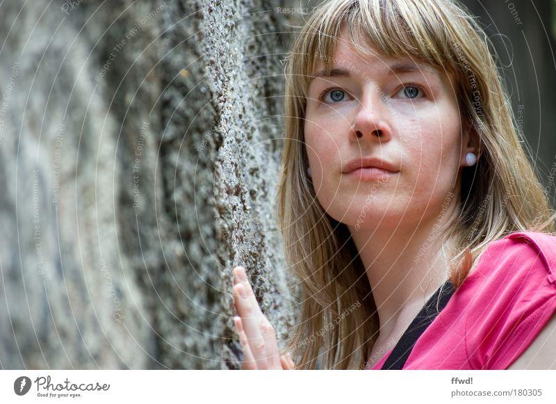 Feel Frau Mensch Jugendliche schön ruhig Ferne feminin Wand Gefühle Haare & Frisuren Traurigkeit Mauer Denken Zufriedenheit blond