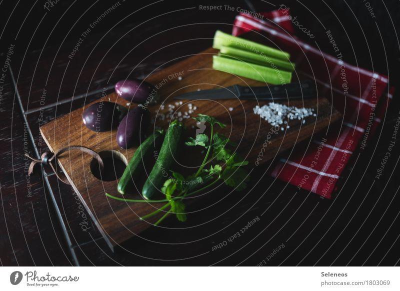 Gemüseplatte Lebensmittel Sellerie Aubergine Zucchini Salz Koriander Ernährung Essen Bioprodukte Vegetarische Ernährung Diät Fasten Besteck Messer Holzbrett