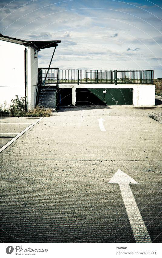 geradeaus Straße dunkel grau Wege & Pfade Straßenverkehr Verkehr Asphalt Pfeil Richtung Autofahren Fahrzeug parken Garage Hinweis Ankunft Verkehrsschild