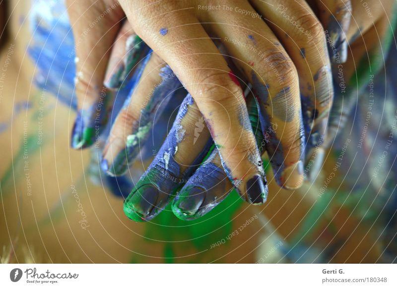 *Händchen halten* Hand Farbe Finger mehrfarbig festhalten Körperkunst Fingernagel bemalt Körperteile angemalt Körpermalerei Hand in Hand