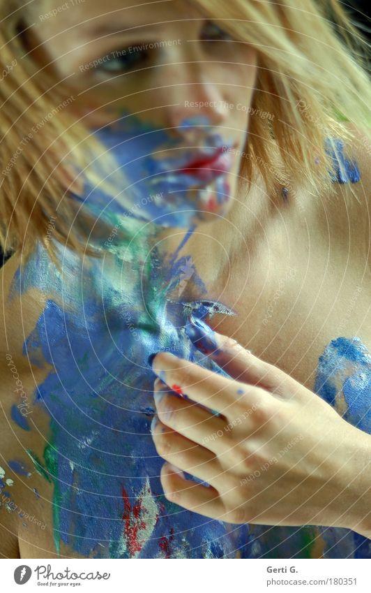 GEISTesabWESENd Frau bemalt Körpermalerei Hand Finger Gesicht schön angestrichen Denken nachdenklich verteilt Gefühle blond Haut