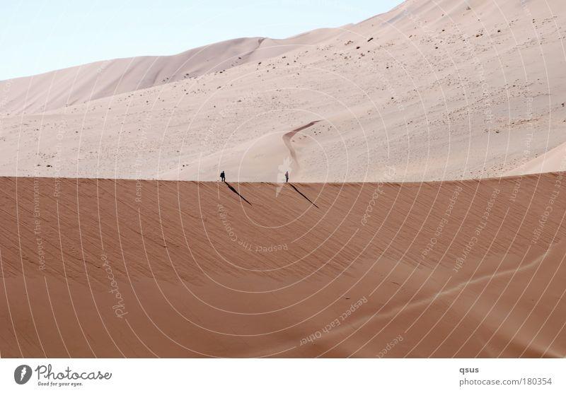 Gratwanderung II Mensch Natur Ferne Wärme Sand hell klein wandern groß Wüste Unendlichkeit Düne