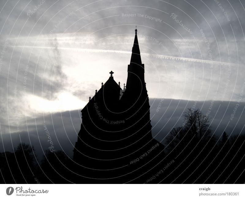 Heilig Gedeckte Farben Außenaufnahme Menschenleer Tag Schatten Silhouette Zentralperspektive Himmel Wolken Gewitterwolken schlechtes Wetter Unwetter Kirche