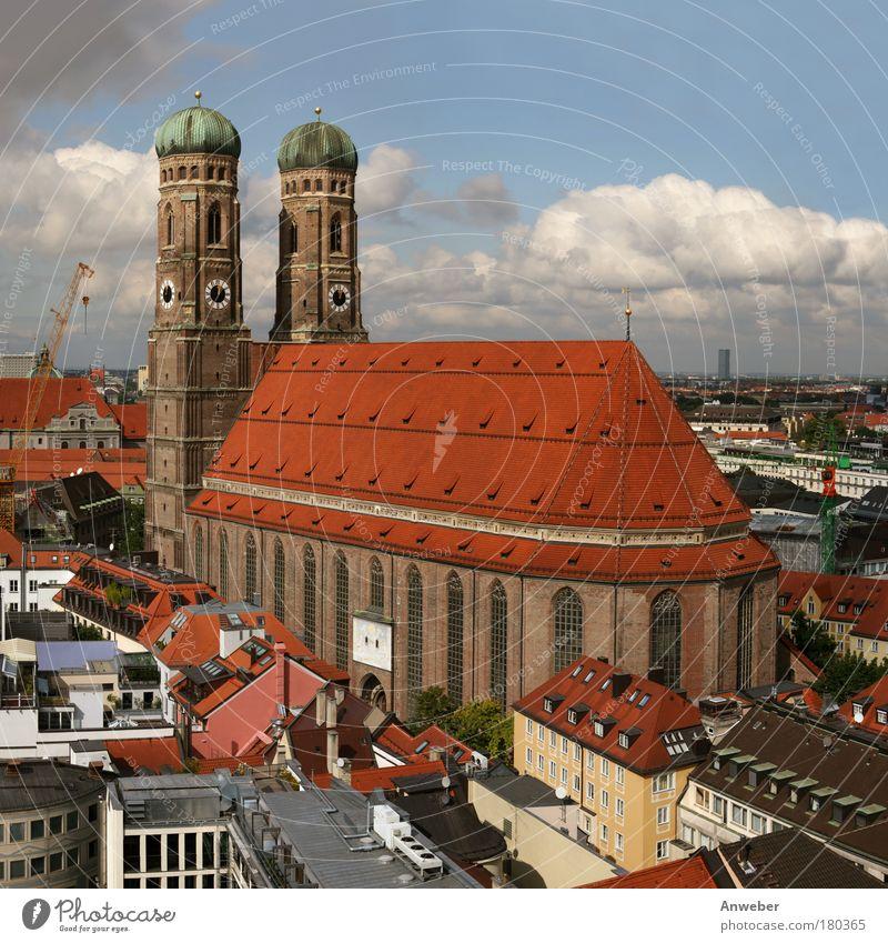 Münchner Frauenkirche Farbfoto mehrfarbig Außenaufnahme Luftaufnahme Textfreiraum oben Tag Licht Silhouette Sonnenlicht Vogelperspektive Zentralperspektive