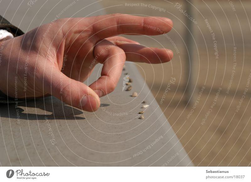 Schnip und weg Hand Stein Finger schießen obskur wegschnippen Reihe