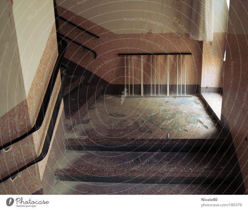 walking on broken glas Farbfoto Innenaufnahme Menschenleer Tag Schatten Zentralperspektive Renovieren Mauer Wand Treppe warten alt Armut dreckig dunkel kaputt