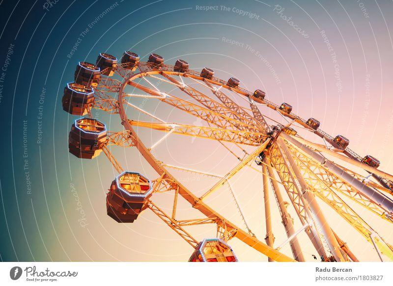 Riesenrad im Fun Park am Nachthimmel Himmel Ferien & Urlaub & Reisen Stadt blau Farbe Sommer Freude gelb Architektur Bewegung Gebäude Freiheit orange retro