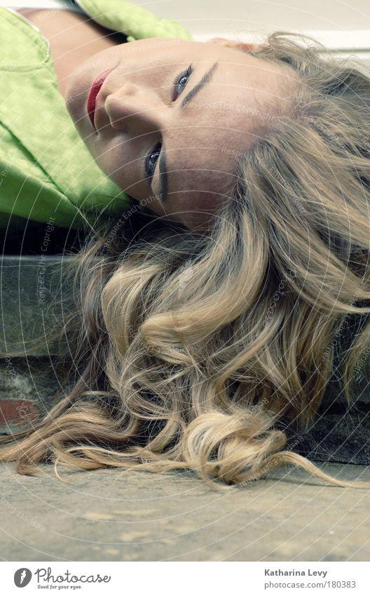 silence Jugendliche schön Gesicht Einsamkeit Erholung feminin Erwachsene Haare & Frisuren Denken Stimmung blond Tür elegant liegen Treppe beobachten