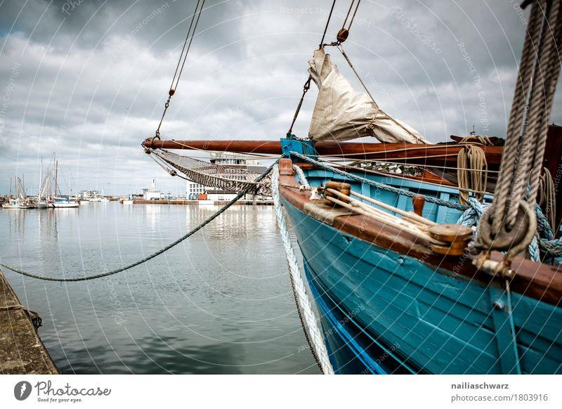 Schiff am Port Fecamp Normandie Frankreich Güterverkehr & Logistik Tourismus Landschaft schlechtes Wetter Küste Bucht Meer Atlantik Fischerdorf Kleinstadt Stadt
