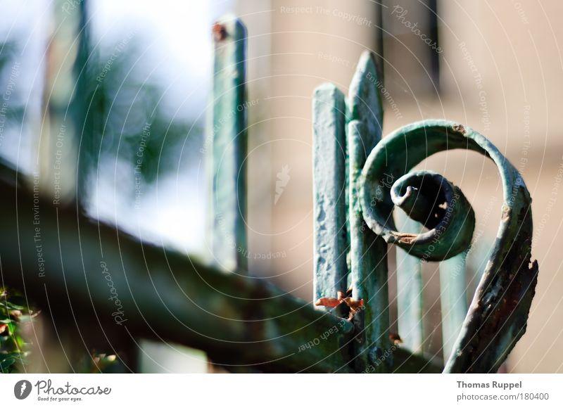Eingerostet Farbfoto Gedeckte Farben Außenaufnahme Detailaufnahme Menschenleer Textfreiraum unten Tag Schwache Tiefenschärfe Dorf Kleinstadt Altstadt Kirche Tor