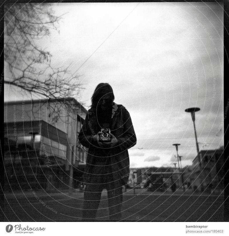 Ich Fotokamera Junger Mann Jugendliche Bahnhof Blick Stimmung analog Fotografieren Konzentration Experiment Frühjahr Schwarzweißfoto Außenaufnahme Holga