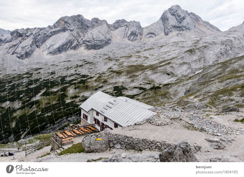 Knorrhütte Haus Einsamkeit Architektur Herbst Gebäude außergewöhnlich grau wandern Kraft Dach Sicherheit Alpen Ziel Bauwerk Hütte Mut