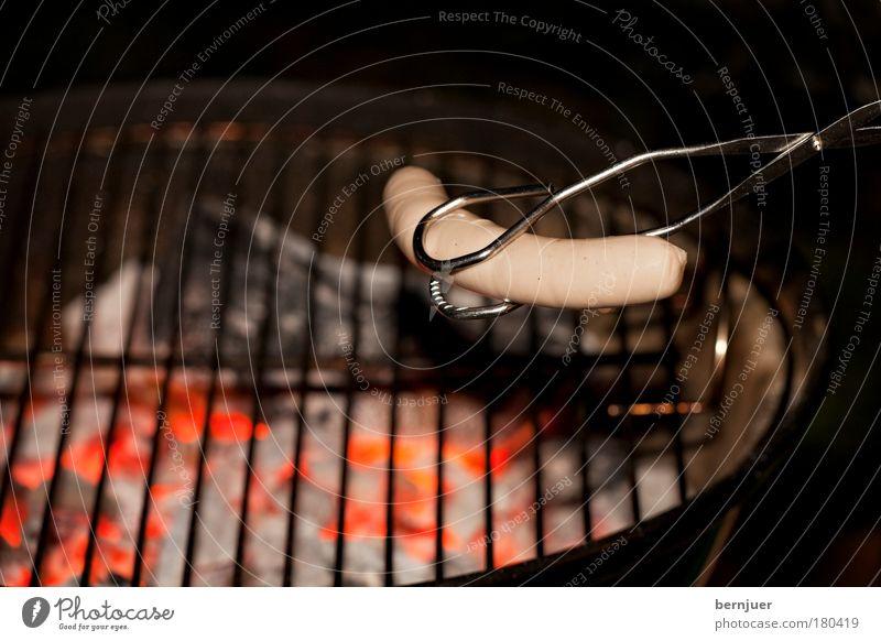 Grillisierung Würstchen Wurstwaren Zange Grillkohle Bratwurst Kalbswurst Grillen Glut roh Lebensmittel Fleisch Flamme lecker festhalten Kohle Braten Rauch Wärme