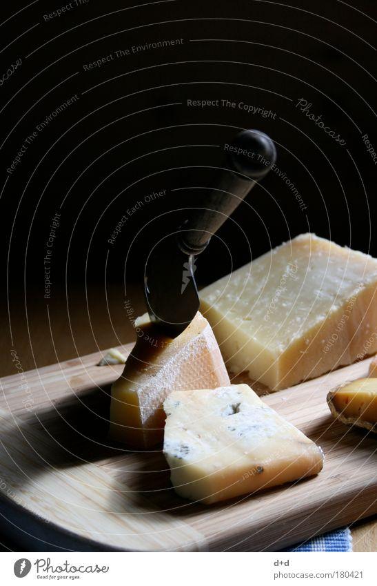 _/_ Lebensmittel Käse Milcherzeugnisse Ernährung Abendessen Messer lecker Käsemesser Schneidebrett geschnitten Feinschmecker Speise Käsescheibe Käselaib