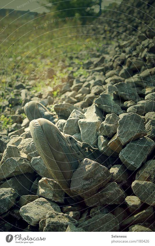 Eins, zwei, drei, vier Eckstein... Farbfoto Außenaufnahme Textfreiraum oben Tag Kontrast Baustelle Mensch maskulin Fuß 1 Umwelt Schuhe Turnschuh Stein entdecken