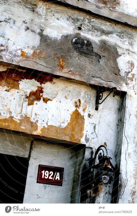 192/A alt Haus Wand Holz Mauer Tür braun Fassade Schilder & Markierungen trist Buchstaben verfallen Eingang schäbig Putz abblättern