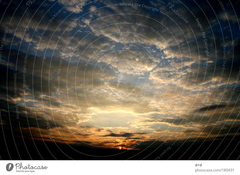 --o-- Landschaft Himmel Wolken Horizont Sonnenaufgang Sonnenuntergang Wetter fantastisch Ferne gigantisch Unendlichkeit blau gold rot Gefühle Euphorie Romantik