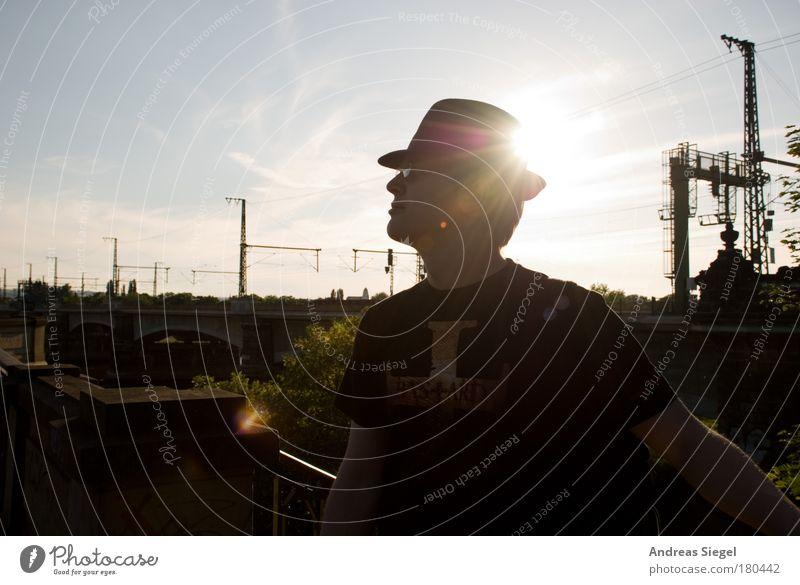 Mit Hut Farbfoto Gedeckte Farben Außenaufnahme Tag Abend Schatten Reflexion & Spiegelung Sonnenlicht Sonnenstrahlen Gegenlicht Porträt Oberkörper
