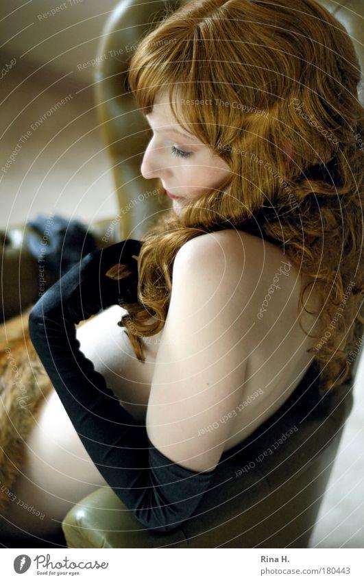 Die Füchsin Jugendliche schön rot schwarz Erwachsene feminin Gefühle Haare & Frisuren Junge Frau Traurigkeit 18-30 Jahre sitzen glänzend Haut ästhetisch nachdenklich